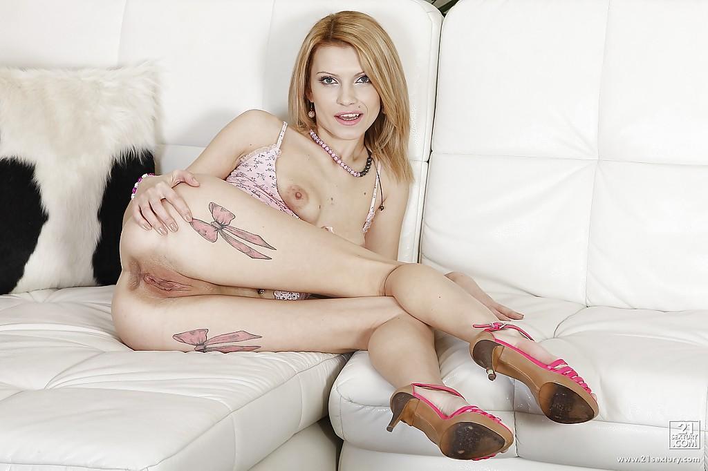 Татуированная европейка Lana ебёт свой анус громадным дилдо