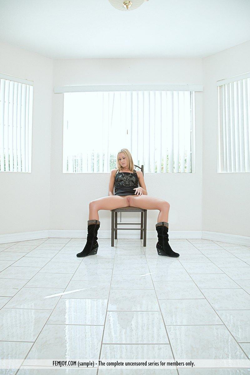Красивая блондинка Jane C оголяет в деталях свое роскошное гладкое туловище