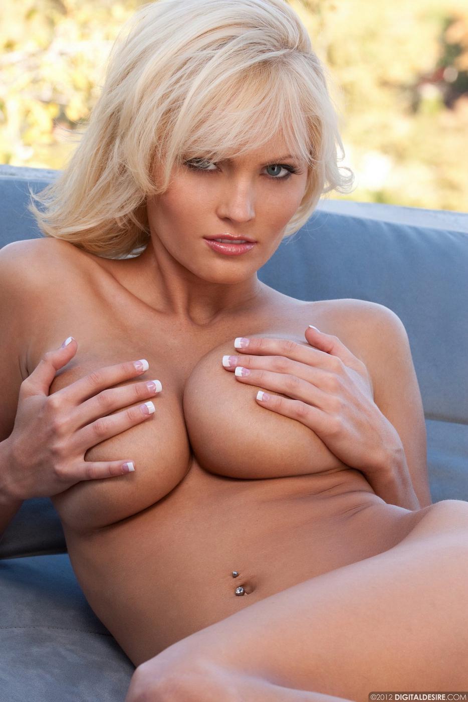 Великолепная светлая порно звезда Hannah Hilton стягивает свое белье и теребит свои большие дыни