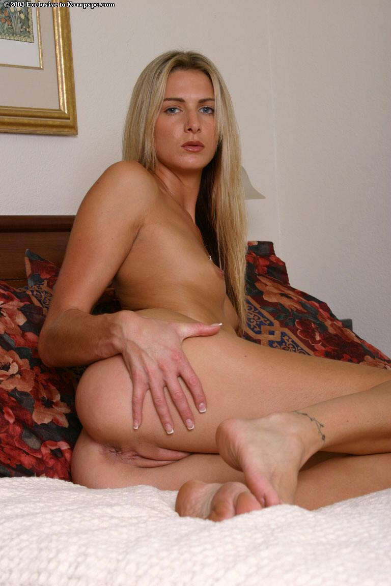 Симпатичная блондинка с плоской грудью и классно выбритой пиздой Ashley Long жаждет шалить со стеклянным дилдо