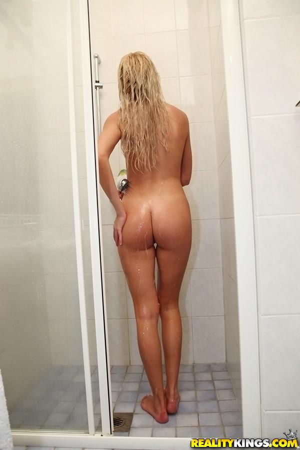 Голая светловолосая девушка с грудью 1 размера принимает душ