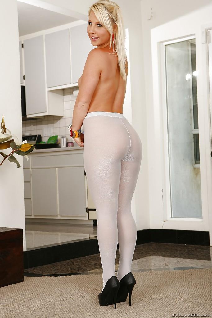 Толстозадая светловолосая девушка Kimmy в светлых лосинах снимает лифчик в домашних условиях
