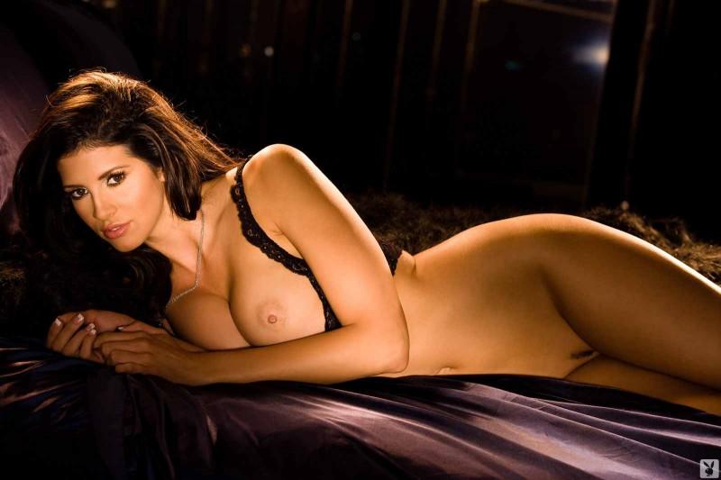 Возбуждающая брюнетка и её огромные груди