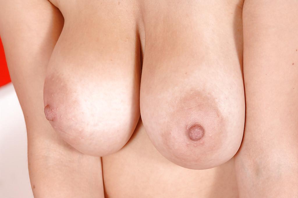 Весёлая блондинка увлажнила свои груди кремом