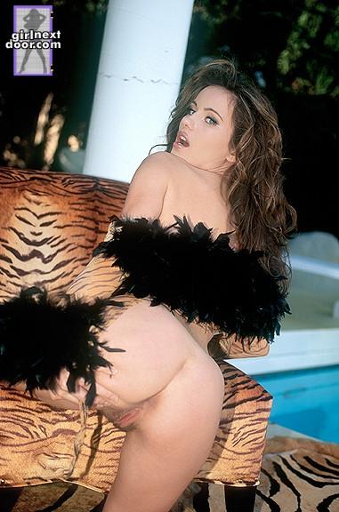 Голая и сиськастая красавица на каблуках Kyla Fox обнажает письку у бассейна