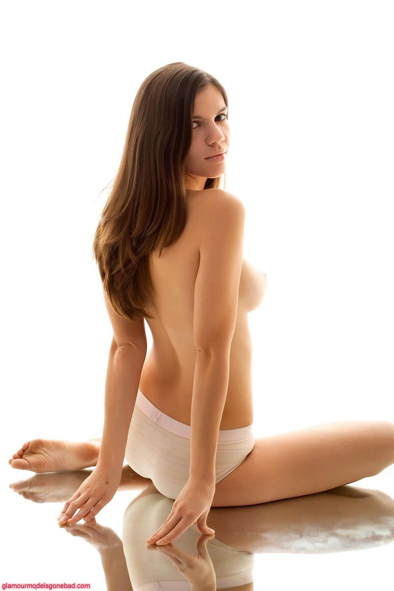 Длинноволосая крошка-брюнетка Brianna Brook в белых трусиках держит руки у себя на сисях