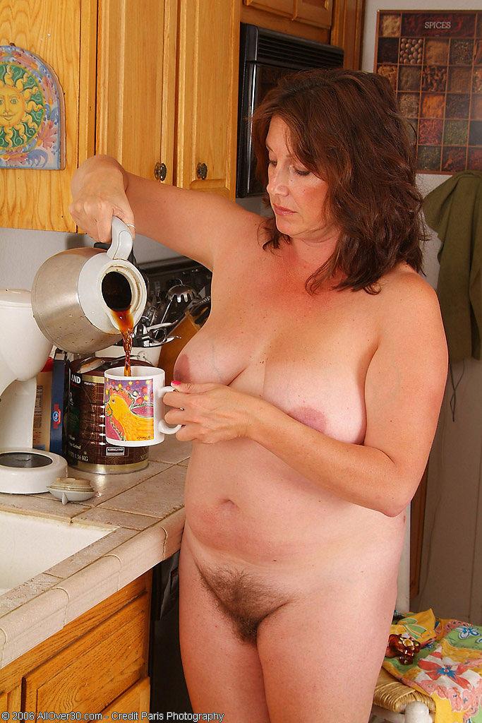 Упитанная взрослая уборщица показывает свои сиськи, такой какая она у нее есть