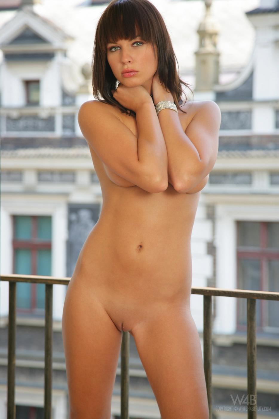 Высокая мадам с невероятно хорошими ногами Samantha Star снимается без трусиков на балконе