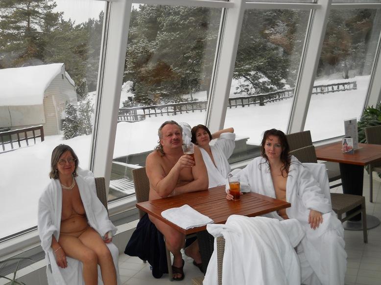 Семейная пара фоткается в Финляндии