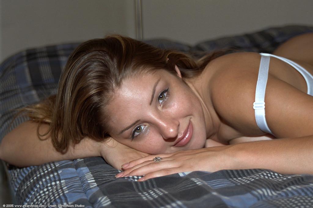 Барбара выставляет напоказ горячую грудь и киску