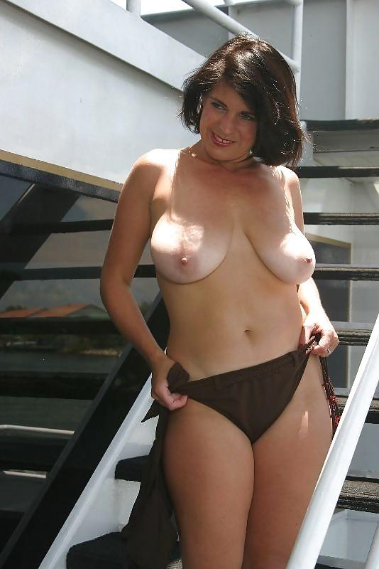 Взрослая зрелка с весьма большим бюстом фотографируется голой