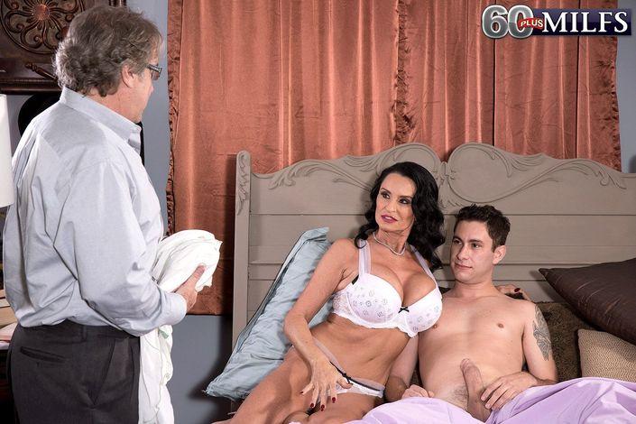Страстная мамочка ловко управилась с двумя мужчинами на койке и возбуждено берет в рот болты