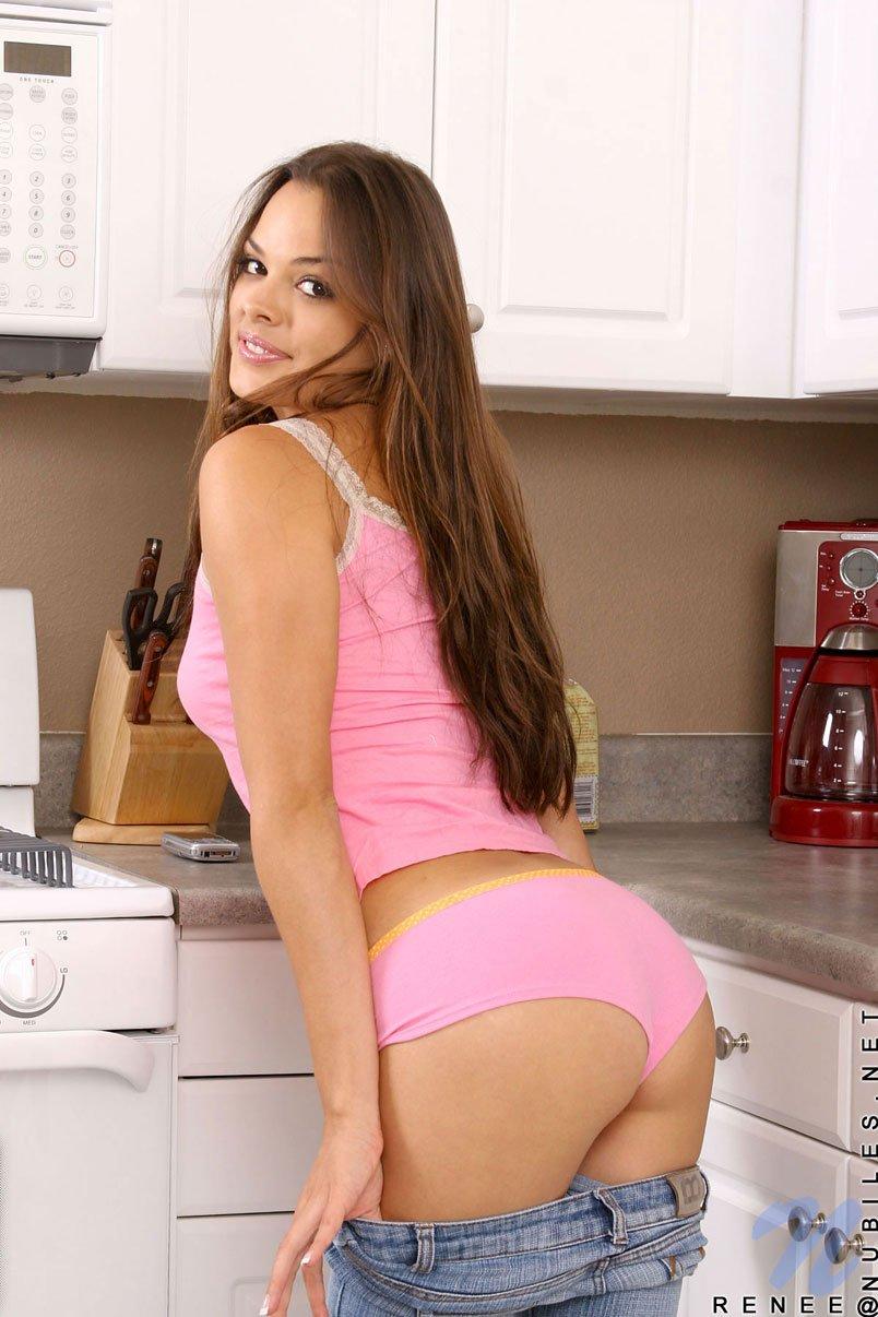 Латиночка Renee Diaz снимает розовую одежду и показывает лысую пилотку на кухне