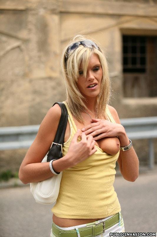 Дал в рот в людном месте случайной блондинке