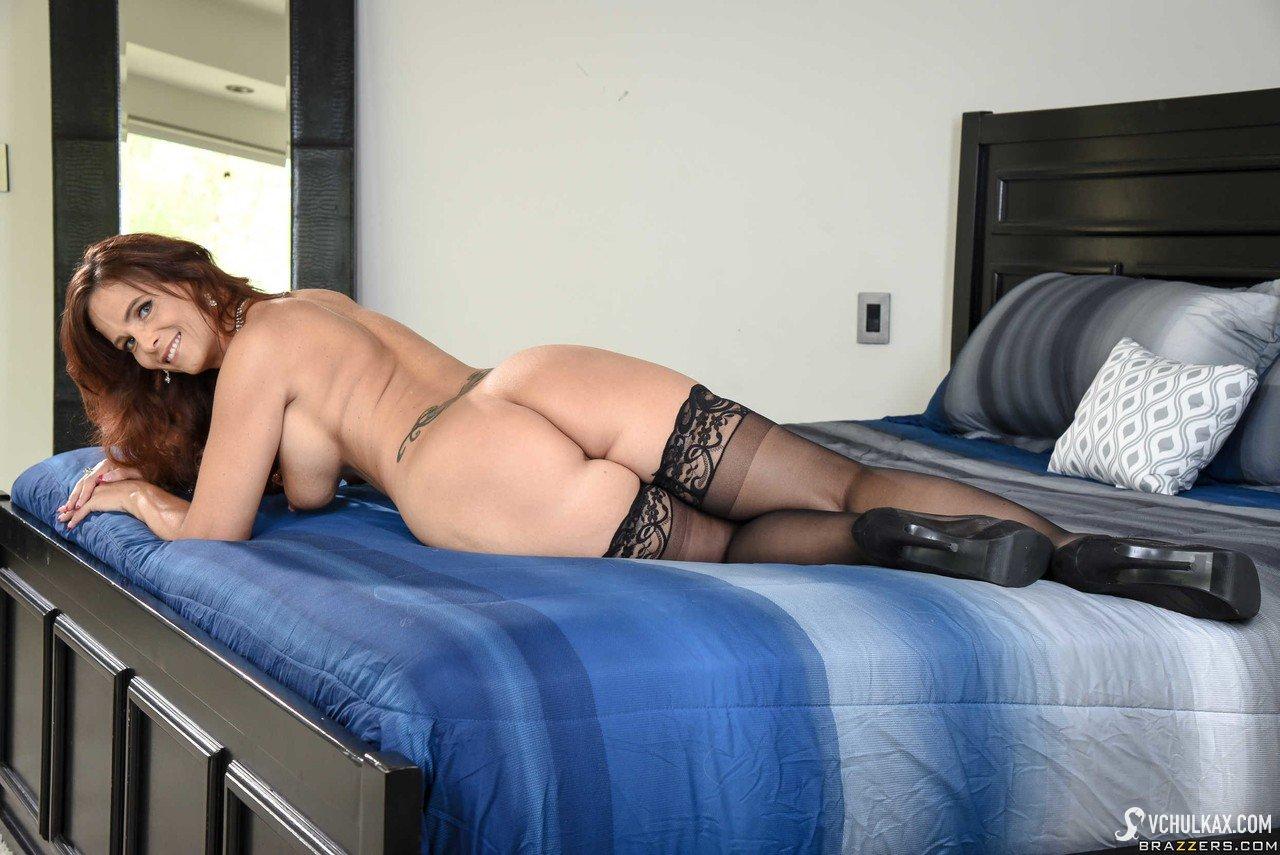 Блистательная мамка желает секса в жопу