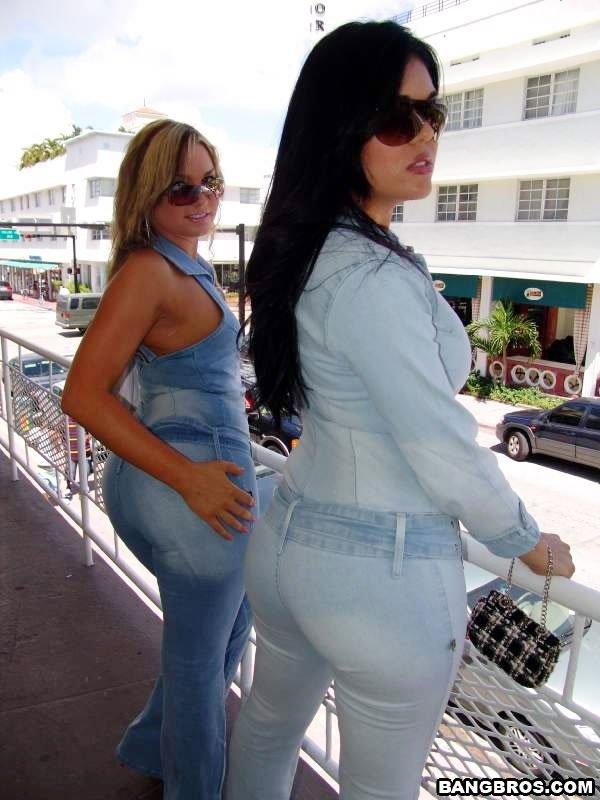 Телки снимают с себя джинсовую одежду и начинают соврящать друг друга язычками, пальчиками
