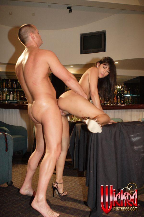 Кокетливая сучка Carmen Hart полирует болт и грубо занимается любовью на столе