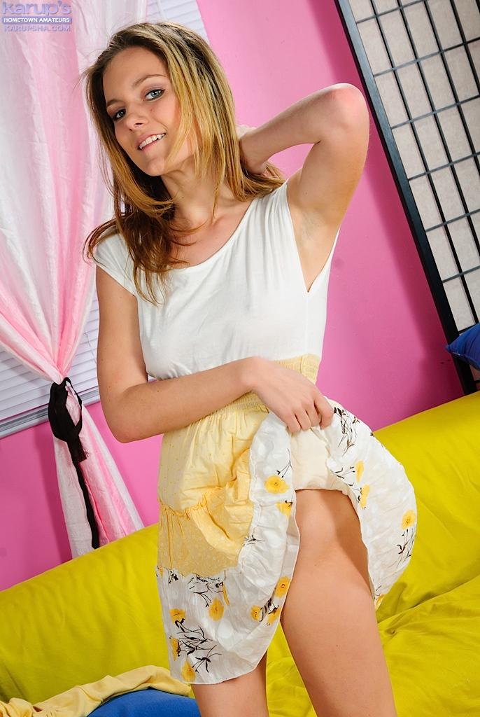 Игривая топ-модель Taylor Dare задирает своё платье, чтобы сфотографировать свою симпатичную попку и пизду