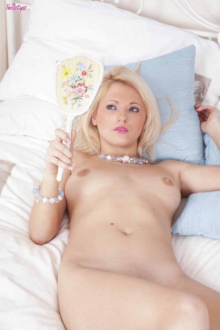 Британская блондинка Sarah Saint растопыривает свои ножки