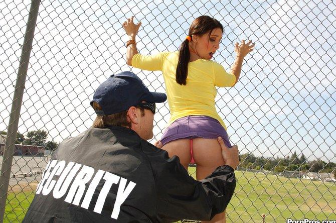 Строгий охранник выеб девицу в кабинете учителя