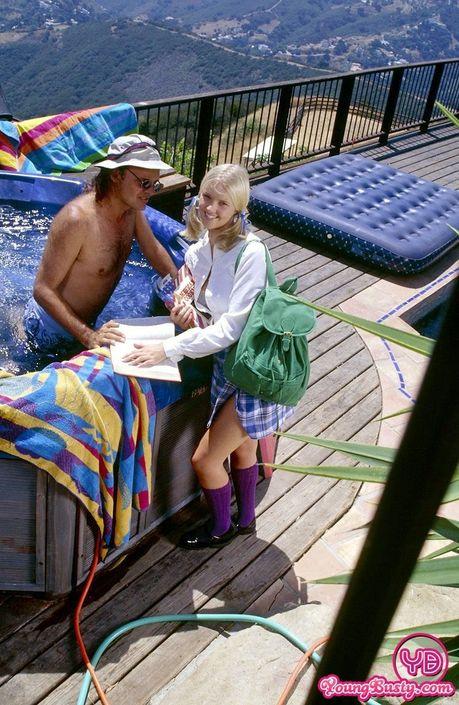 Юноша в шляпе эффектно ебёт хорошенькую блондиночку в джакузи