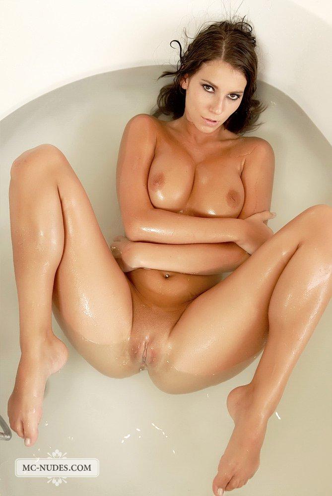 Lizzie Ryan дурачится в ванне, разводя ноги и трогая свою пизду