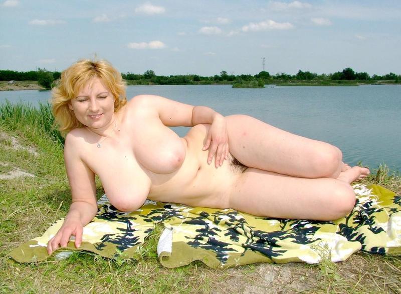 Зрелая показала себя без одежды на открытом воздухе