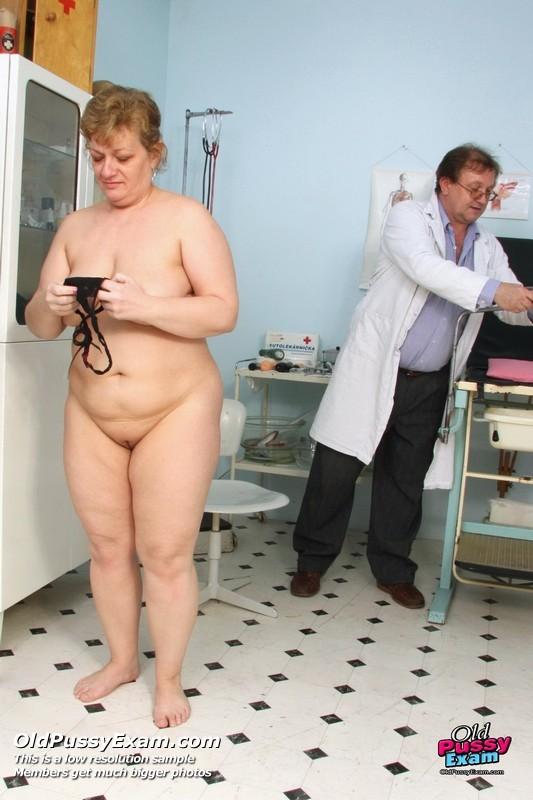 Мамаша соглашается на полный осмотр – она готова раздвинуть ноги перед развратным доктором
