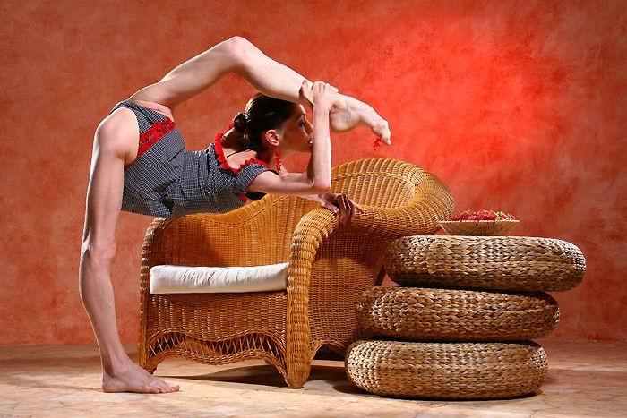 Стройная балерина показывает свою гибкость